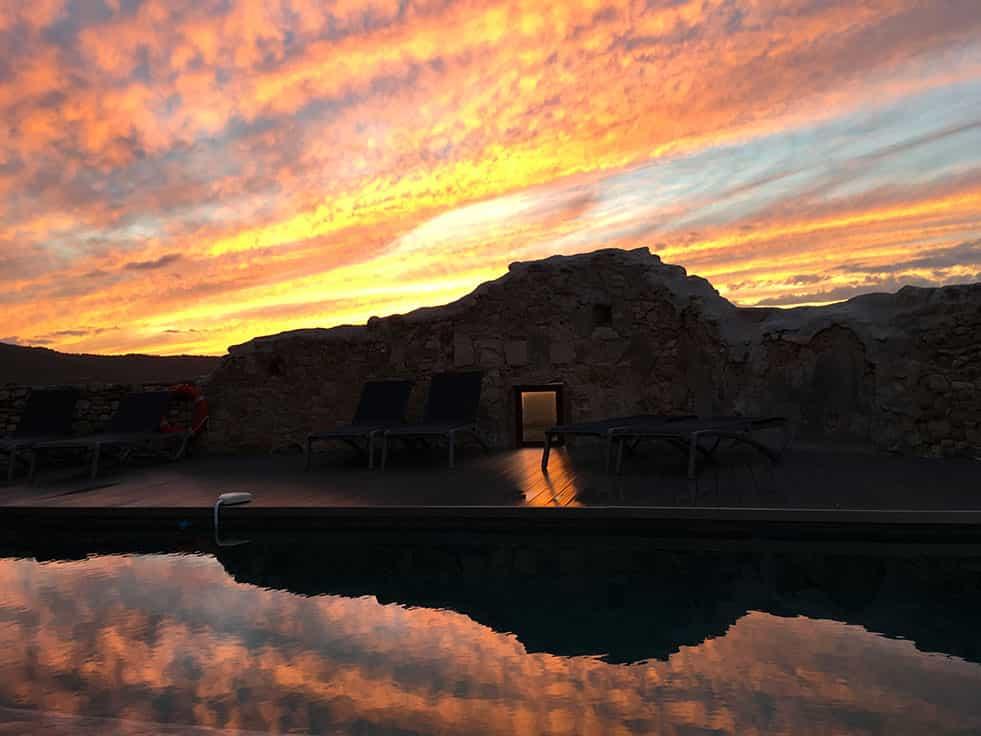 Coucher de soleil sur la piscine de la chambre d'hôtes en Luberon, le Metafort en Provence