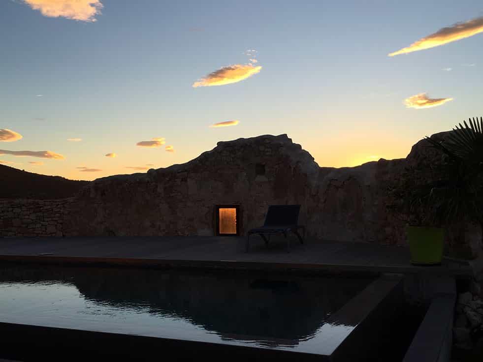 Piscine de nuit au Metafort dans le Vaucluse