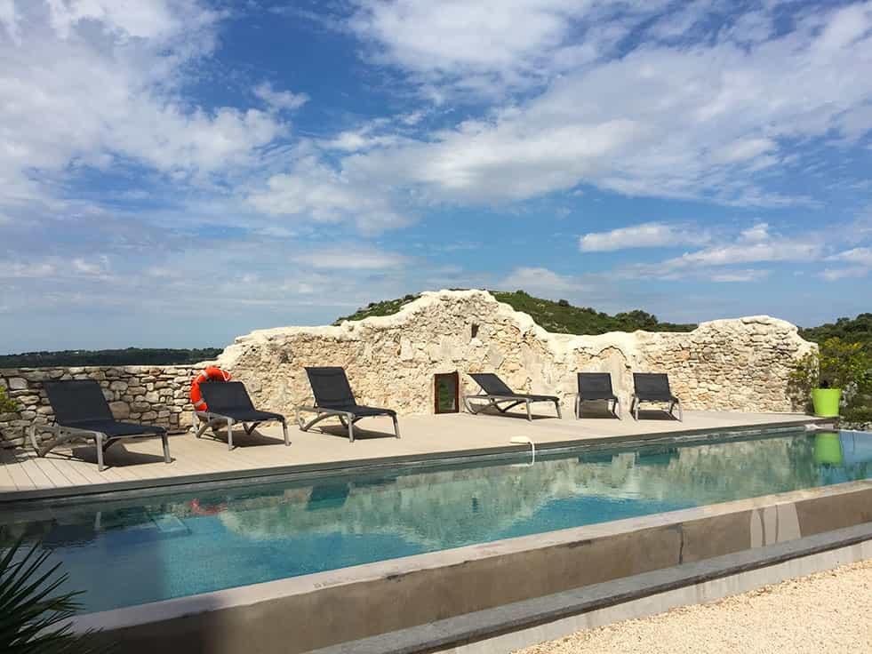 Piscine et solarium à la maison d'hôtes dans le Vaucluse